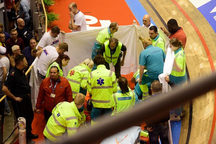 Gerben Thijssen wordt verzorgd na zijn zware crash.