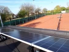 Tennisvereniging Numansdorp legt 'zonnedak' aan