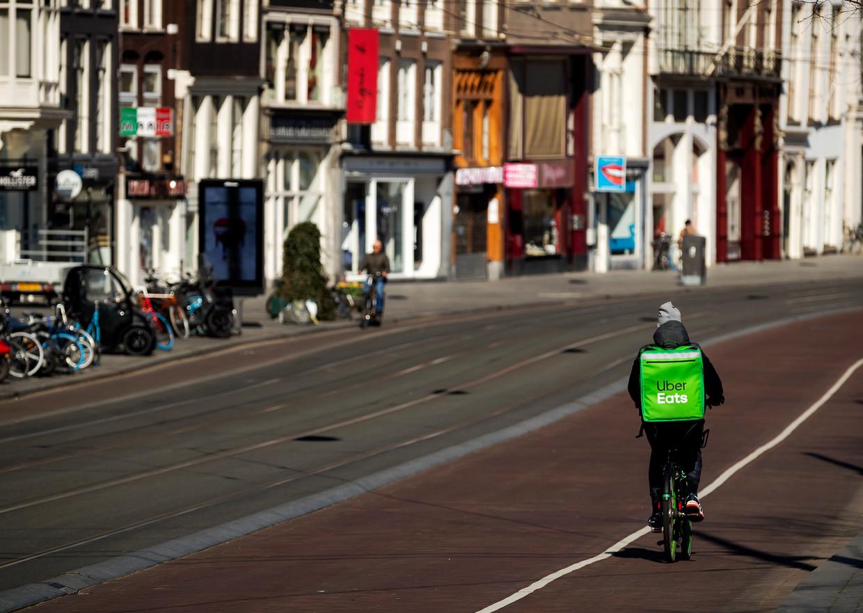 Amsterdam, iets meer dan drie weken geleden. Inmiddels neemt de drukte in het verkeer weer gestaag toe. Beeld ANP