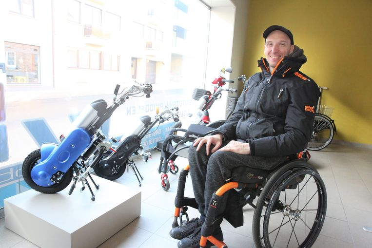 Jimmy Verstraete in de toonzaal van zijn zaak VJ Mobility langs de Nijvelsesteenweg in Halle.