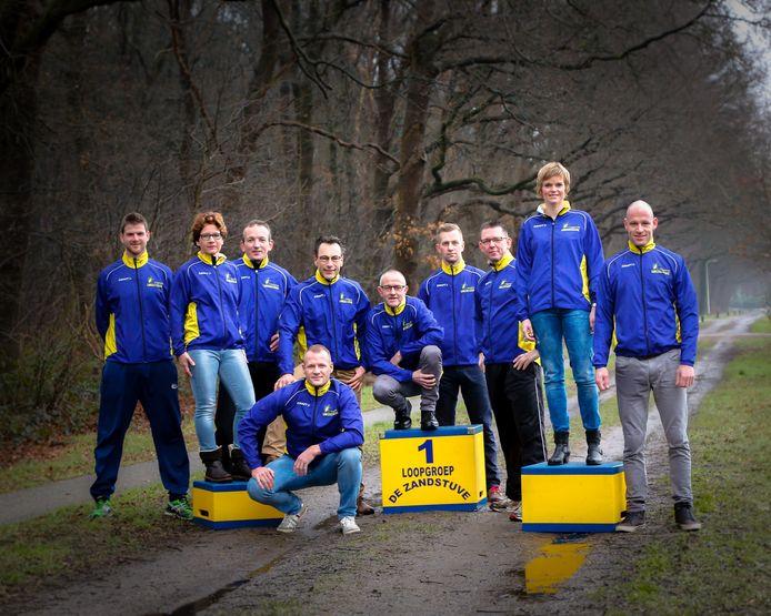De bijna volledige groep leden van Loopgroep De Zandstuve die komende zondag 17 april meedoet aan de marathon van Enschede.