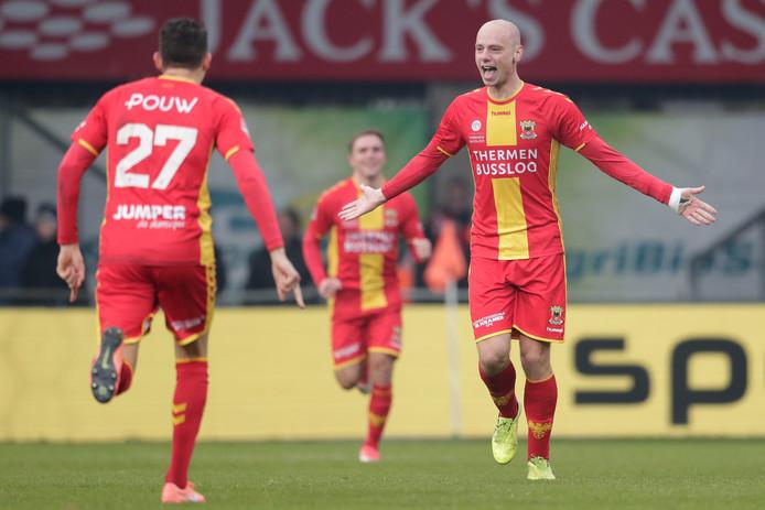 Elmo Lieftink (r) bejubelt zijn schitterende treffer tegen De Graafschap. Go Ahead Eagles koesterde lang een voorsprong in Doetinchem, maar kreeg in de slotfase vanaf elf meter de gelijkmaker om de oren.