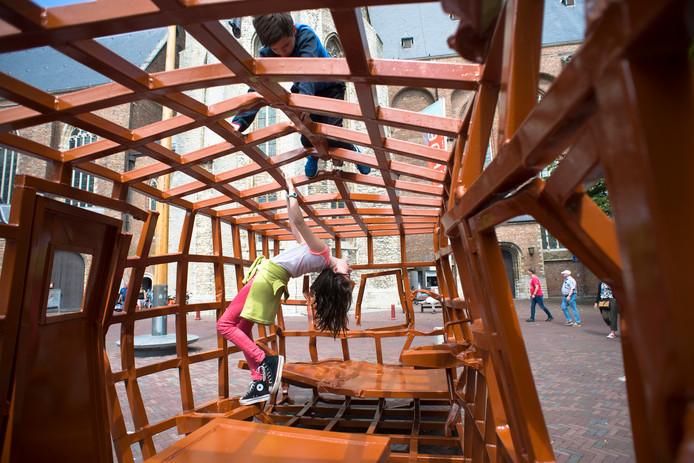 Enzo en Annelies Keijzer spelen in het kunstwerk Huis van Joep van Lieshout.