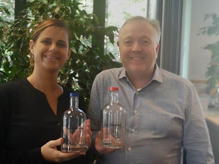 Marianne Verhaert en Johan Verhaegen poseren fier met de nieuwe herbruikbare waterflessen met het logo van Grobbendonk op bedrukt