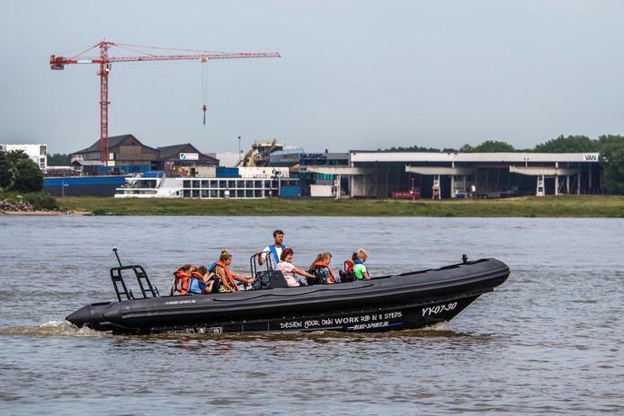 Kinderen bezoeken de scheepswerf en maken een boottochtje.