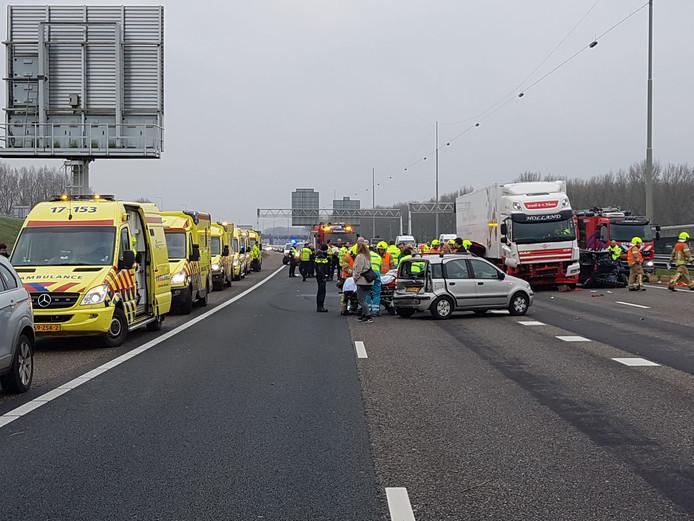 Door het ongeluk is de A16 afgesloten.