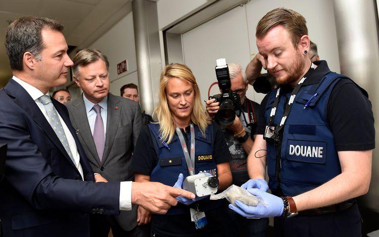 De minister van Financiën, Alexander De Croo, de administrateur-generaal van de Douane en Accijnzen, Kristian Vanderwaeren en de CEO van Brussels Airport, Arnaud Feist, huldigden de nieuwe douane-controlezone in.