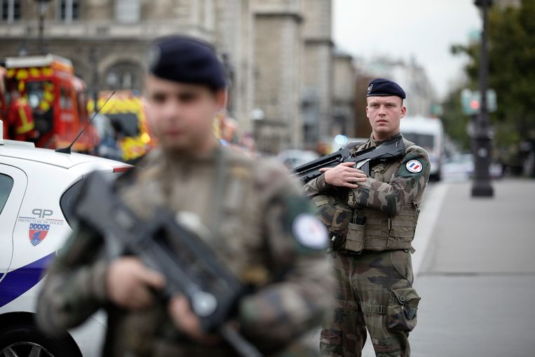 Soldaten patrouilleren buiten het hoofdkantoor van de Parijse politie na een steekpartij waarbij vijf doden vielen. Beeld AP