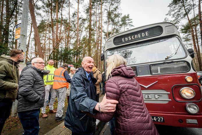 Aan het einde van zijn laatste ronde wordt buschauffeur Hans Nijenhuis bij de halte van lijn 1 op de UT in Enschede opgewacht door familie en vrienden.