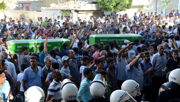 Lichamen van slachtoffers van de zelfmoordaanslagen worden door Suruc gedragen. Beeld afp