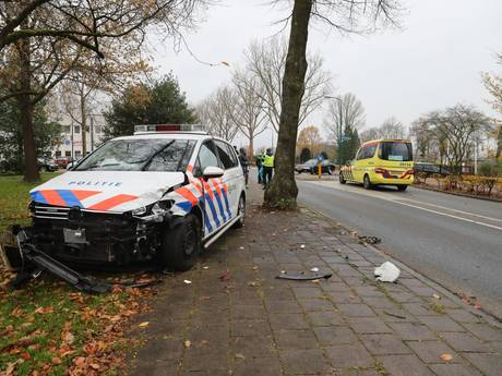 Politiewagen in kreukels na botsing met auto in Baarn