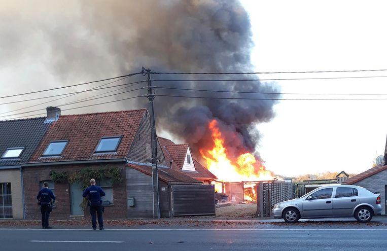 De felle brand begon in de garage, waar een elektrische fiets stond op te laden.