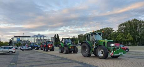 Tientallen protesterende boeren met tractoren op Chasséveld in Breda