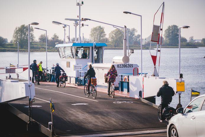 Het Lexkesveer dat tussen Wageningen en Randwijk vaart.