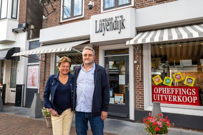 Roel Dijkstra-Vlaardingen - Foto Dennis Wisse  Frida en Ric Meeuwisse stoppen met hun juwelierszaak. Juwelier Luyendijk opende al in 1881 de deuren.