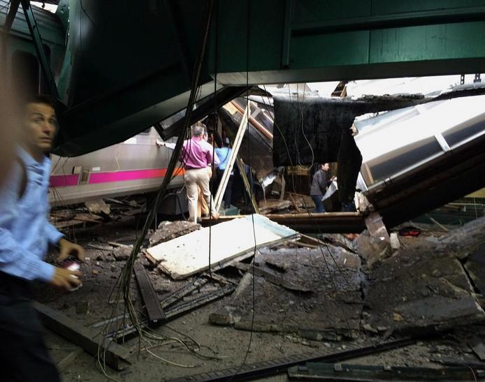Het wrak van de trein na de crash in Hoboken