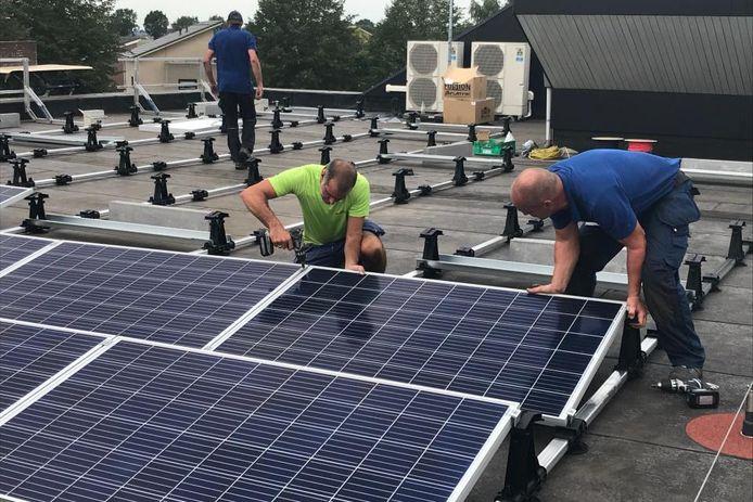 Op het dak van het gemeentehuis in Gendringen worden extra zonnepanelen geplaatst.