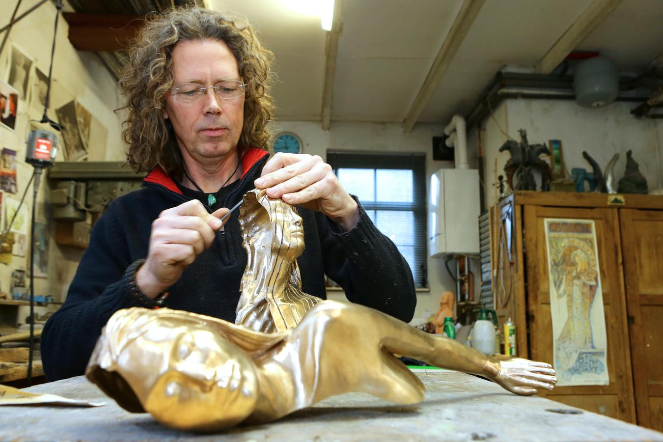 Beeldhouwer Richard van der Koppel aan t werk in zijn atelier. Het beeld waaraan hij werkt is niet dat van de Merwedegijzelaars.