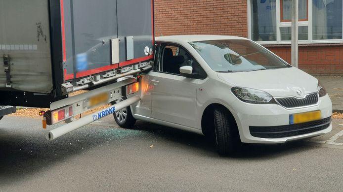 Een vrachtwagen raakt een geparkeerde auto in Enschede. Met grote schade tot gevolg.