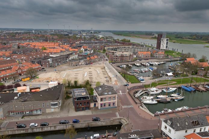 Overzichtsfoto van de bouw van de parkeergarage bij de Buitenhaven in Kampen die begin dit jaar is stilgelegd.