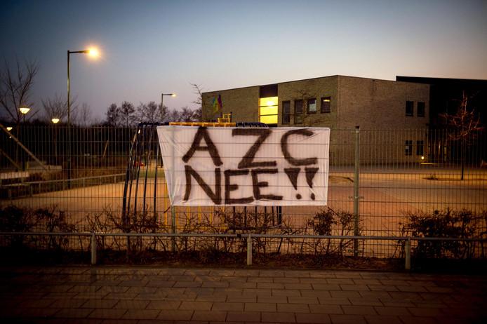 In Ewijk hangt een doek met 'Azc nee' aan een hek.