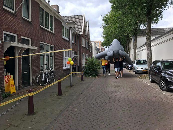 Cuddly in aantocht voor het eeuwfeest van de woningen in de Jan Aartestraat (links).