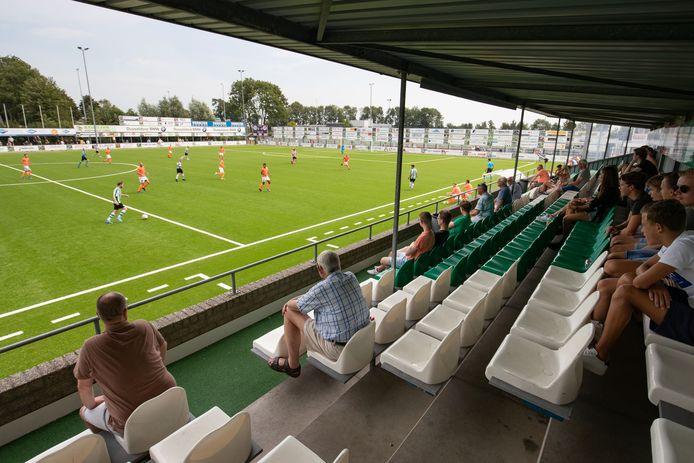 Zo'n zeventig liefhebbers trotseerden de warmte om SC Genemuiden voor het eerst sinds maart weer aan het werk te zien.