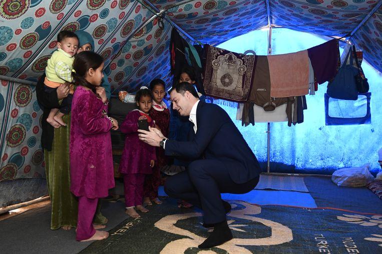 """Minister De Croo praat met een gezin dat in het kamp woont. """"We hebben lang gefocust op Afrika, nu is het tijd om naar Irak te kijken"""", vindt hij."""