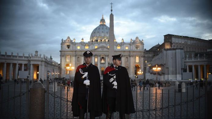 Na een mis in de Sint Pieter, waarin zij de zegen van de Heilige Geest afsmeken, gaan de kardinalen naar de Sixtijnse Kapel, waar de stemmingen van het zogeheten conclaaf plaatshebben