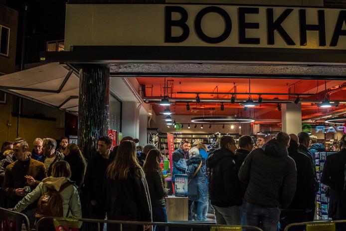 Mensen staan buiten te wachten voor de signeersessie bij boekhandel Broekhuis.