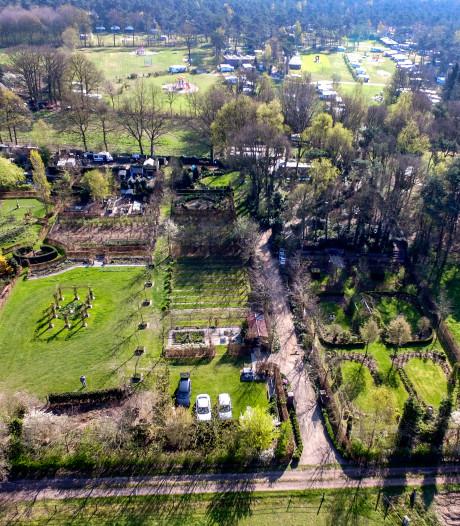 Hof van Eigen-aardigheden in Raalte is zo groot dat tuiniers golfkarretje nodig hebben