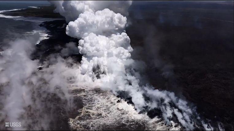 Golven exploderen in wolk van stoom.