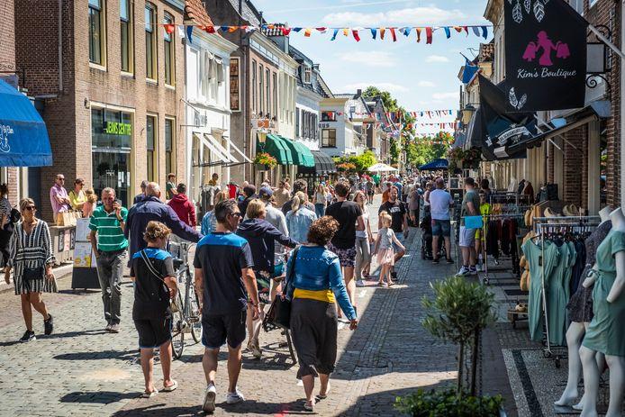 De illegale koopzondag in Elburg trok veel belangstelling. Uit het hele land kwamen mensen om dit unicum te beleven.