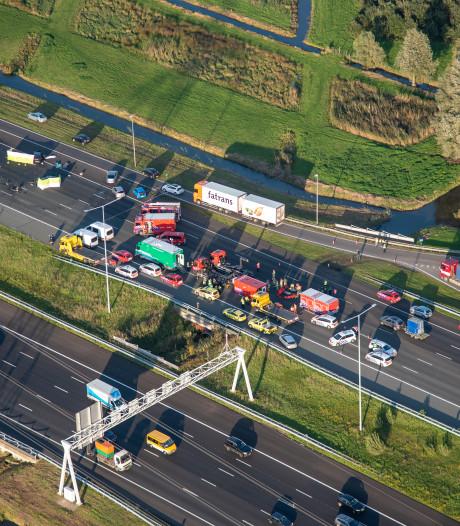 Drie doden bij crash A2; 'Hij reed recht op ons af, tegen de richting in'