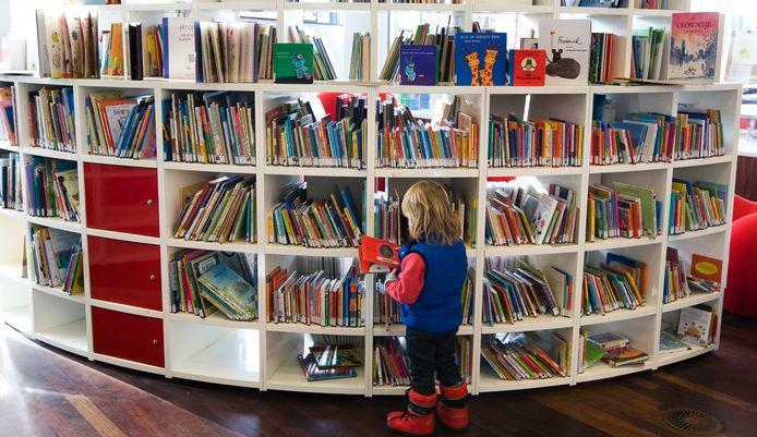 Kinderboeken in een bibliotheek. Tientallen gemeenten staan voor bezuinigingen. Er wordt veelal overwogen bibliotheekfilialen te sluiten.