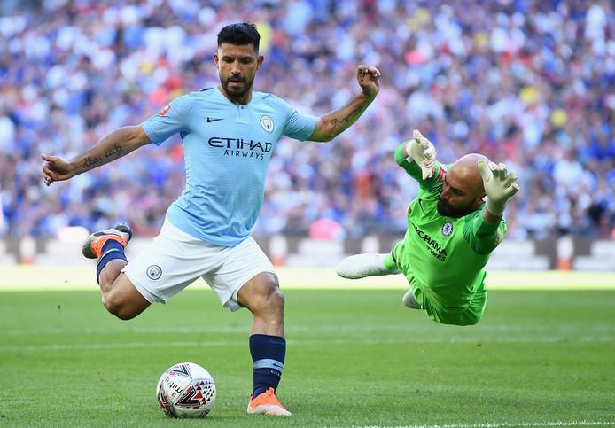 Sergio Agüero passeert zijn landgenoot en Chelsea-keeper Willy Caballero, maar schiet de bal vervolgens in het zijnet.