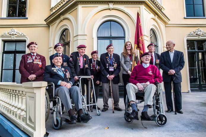 Sandy Cortmann (rechts, in rolstoel), op het bordes van oorlogsmuseum Hartenstein in Oosterbeek.