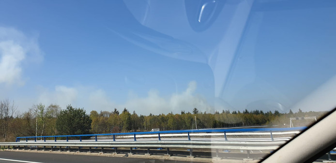 De rookwolken zijn in de verre omgeving te zien.