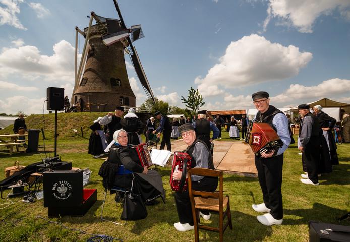Rond de Piepermolen in Rekken was zaterdag van alles te doen, zoals folkloristisch dansen en pannenkoekenbakken.