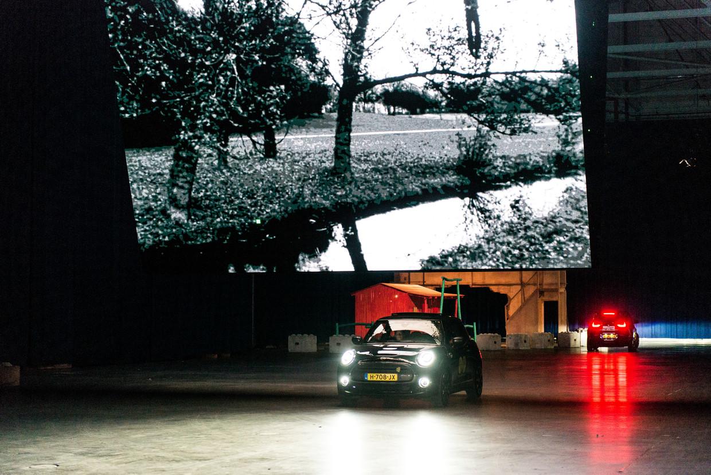 Even vaart maken en, hup, langs het volgende kunstwerk in het 'drive-thrumuseum' van Boijmans Van Beuningen in Ahoy. Beeld Eva Faché