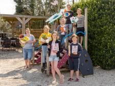 Ondernemers en kinderen   bezorgen ouderen samen een mooi Pasen