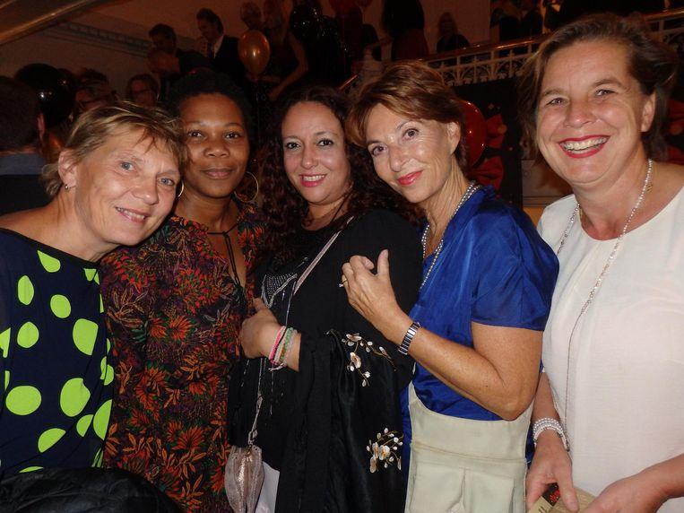 Marjolein Hesseling, Dulcita Dors, Aude Riga, Trudy Coenen (leraar van het jaar 2010) en Wiesje Moen (vlnr), van de allerallerbeste school van Amsterdam, het MCO Beeld Schuim