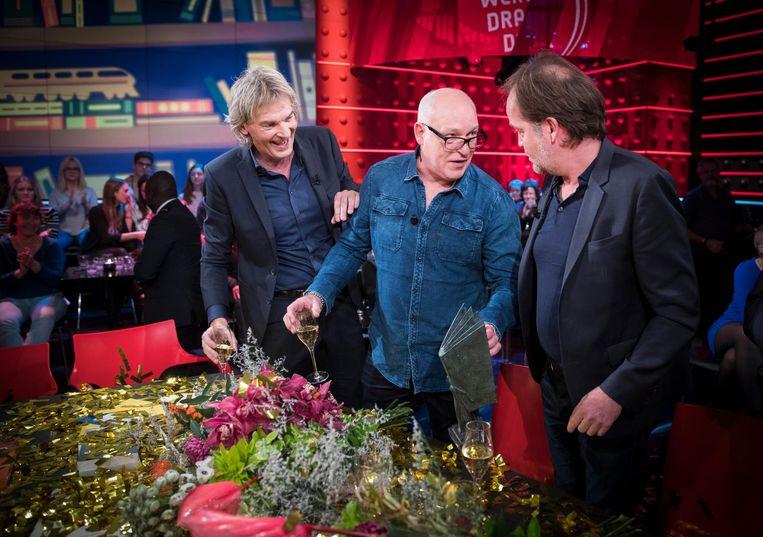 Winnaars Michiel van Egmond en Rene van der Gijp worden gefeliciteerd door Matthijs van Nieuwkerk. Beeld anp
