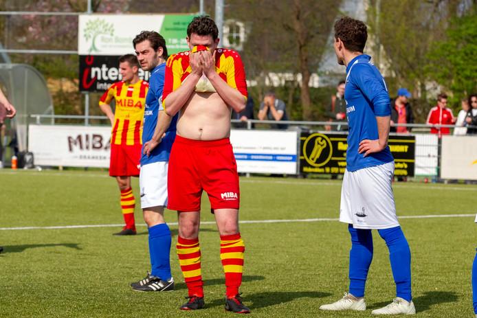ONDO-speler Joost Berkers houdt het shirt voor zijn gezicht.