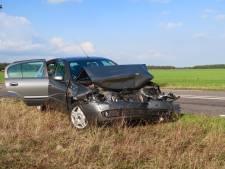 Auto in de kreukels en inzittenden gewond na kop-staartbotsing in Alphen