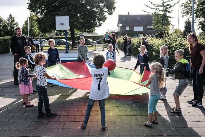 Kinderen spelen op de eerste schooldag van de Ds Jonkersschool in Lathum.