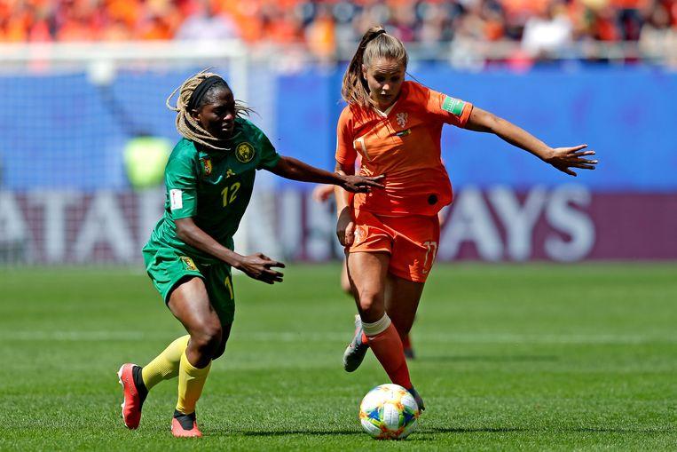Lieke Martens in duel met Claudine Meffometou van Kameroen. Martens heeft tot nu toe niet kunnen overtuigen op het WK. Beeld BSR Agency