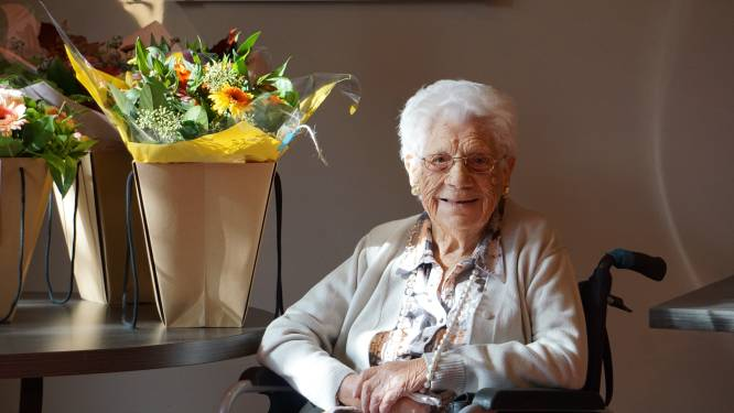 Zoals in The Masked Singer: 107-jarige Angela wordt door burgemeester Tommelein getrakteerd op serenade
