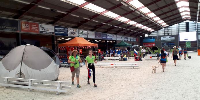 Sommige deelnemers verblijven ook in de manege tijdens EK Agility  in Roosendaal