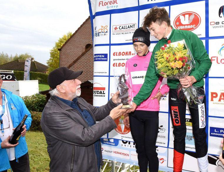 Urbanus geeft Lennert Meulemans (16) zijn beloning.